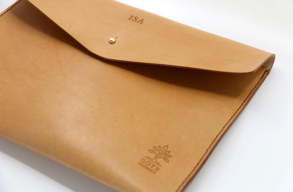 Personalisierbare Notebooktasche aus Leder camel
