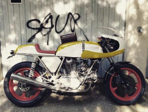 Vintage Ducati mit Tankrucksack Katzenratzerl