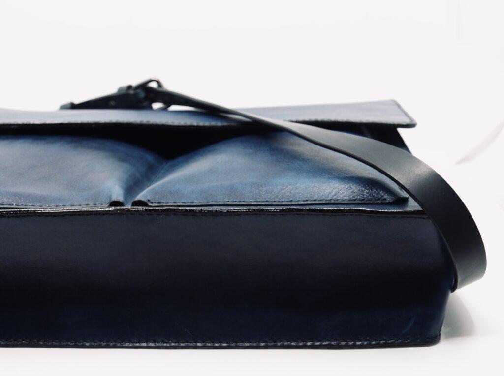 Umhängetasche Leder mit Lasche dunkelblau Götz Manufaktur